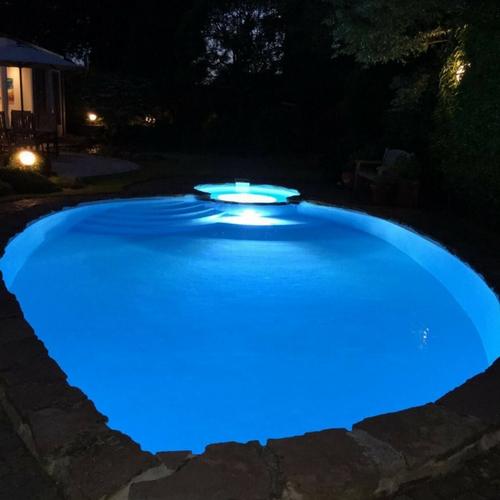 zwembadcoating-zwembadrenovatie betonnen zwembad met polyester bekleding